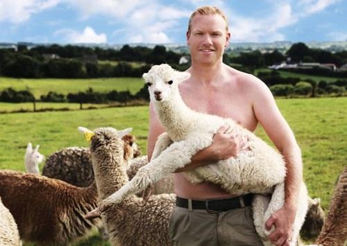 羊を抱く酪農男子