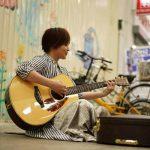 【動画】狸小路でYUIが路上ライブしてた!ショートカットのYUIがCHERRYを歌う!
